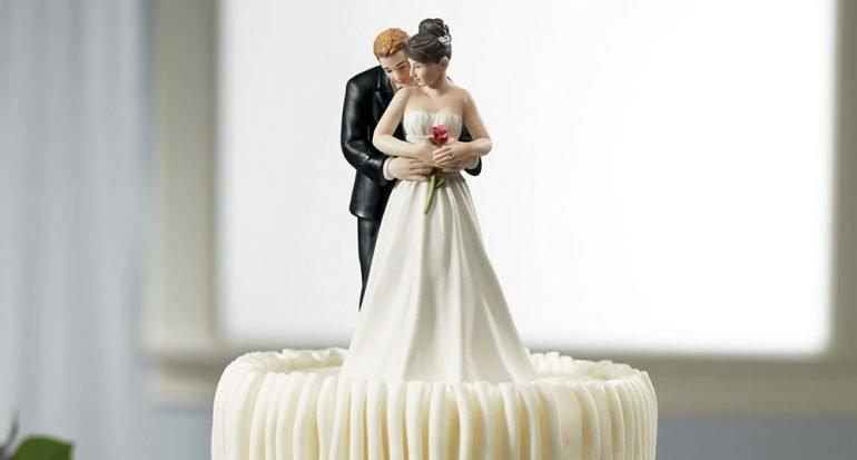 ¿Cómo inició la tradición de poner a los novios en el pastel?