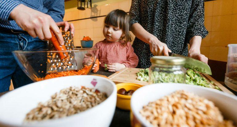 ¿Comer verduras crudas les hace bien a los niños?