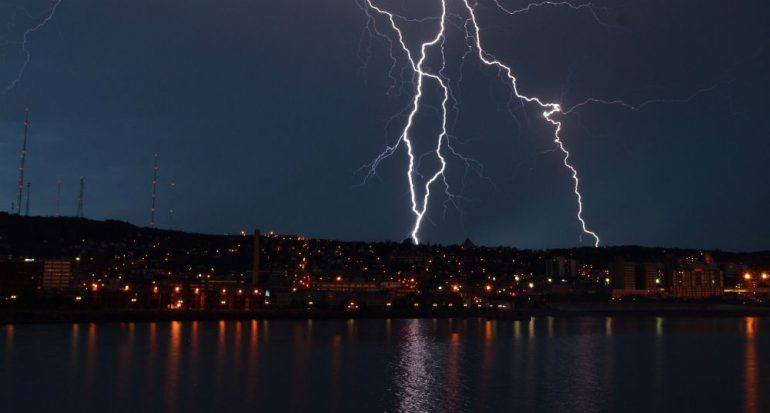 ¿Cuál es el lugar más seguro durante  una tormenta eléctrica?