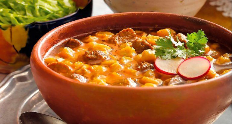 ¿Cuántas calorías tiene un plato de pozole?