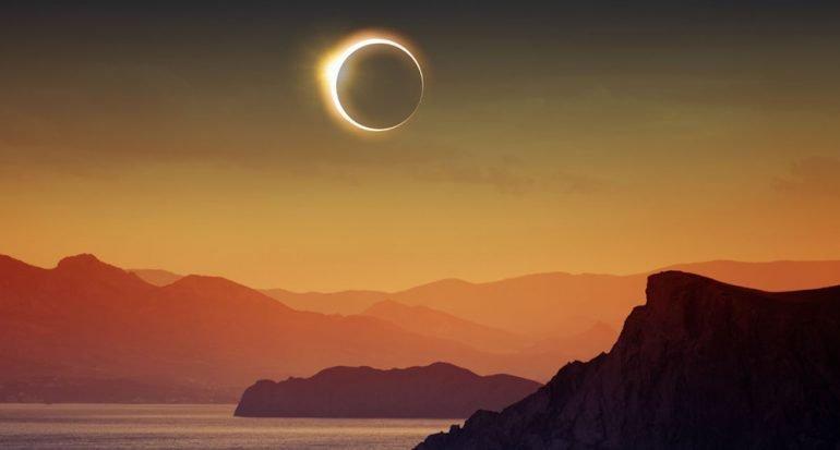 ¿Cuántos eclipses solares hay al año?