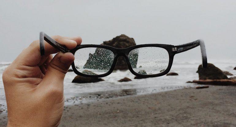 ¿De qué material se fabricaban los lentes en la antigüedad?