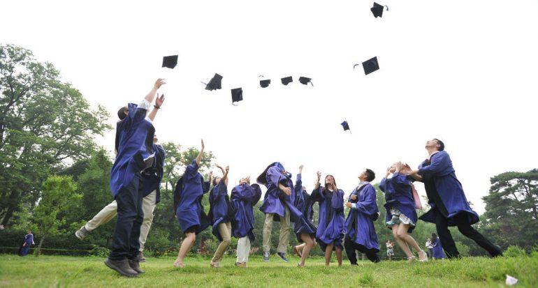 ¿Más hombres o mujeres cursan la universidad?