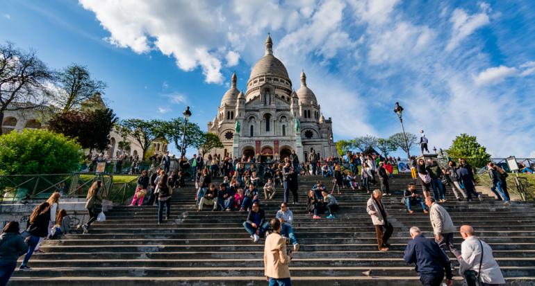 ¿París de qué país recibe más turistas?
