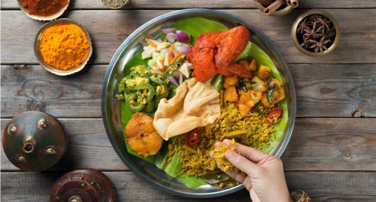 ¿Por qué en la India comen con las manos?
