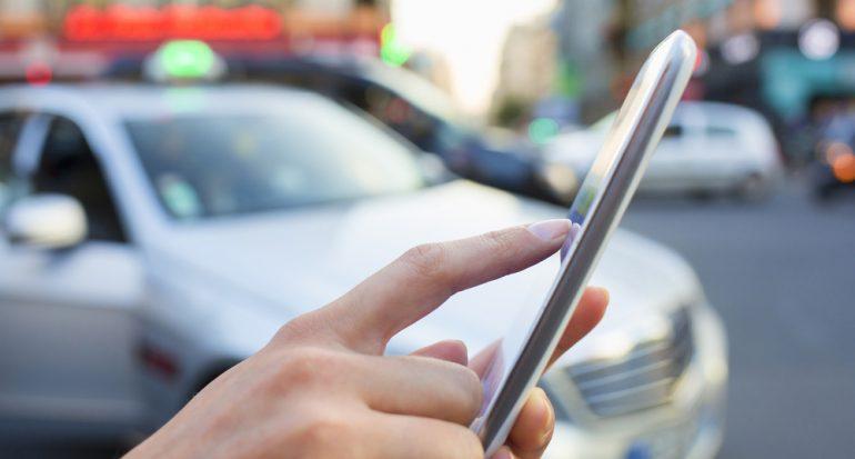 ¿Por qué manejamos y escribimos en el celular al mismo tiempo?