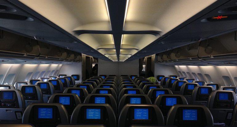 ¿Por qué se atenúan las luces de los aviones en los despegues y aterrizajes?