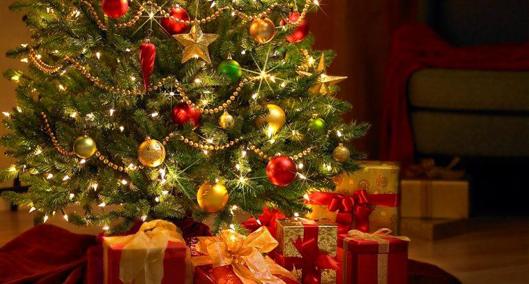 ¿Qué adorno era muy común en el árbol de Navidad en el pasado?