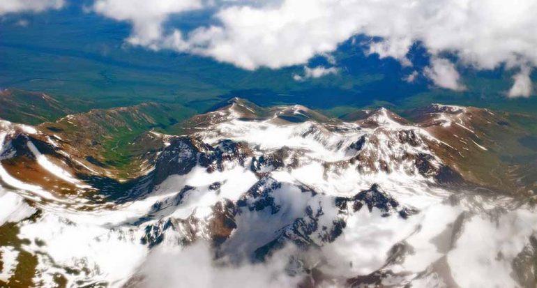 ¿Qué país está conformado 93% por montañas?