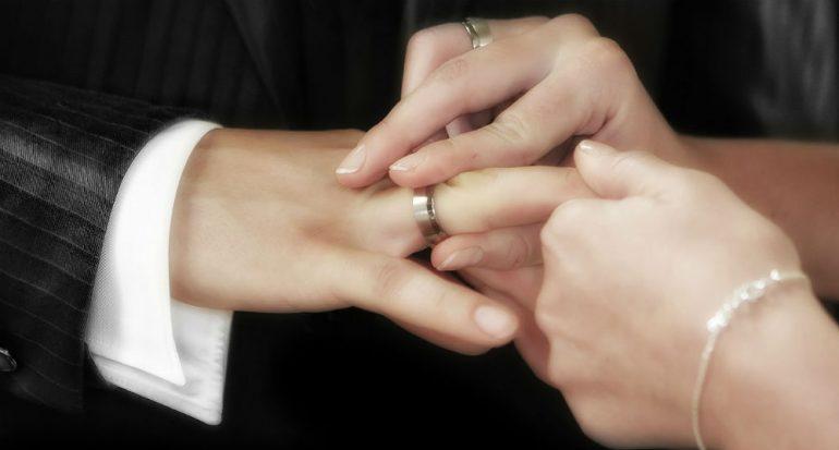 ¿Sabes por qué el anillo de boda va en el cuarto dedo?