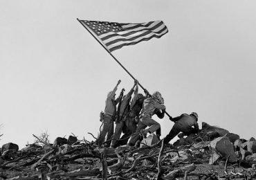 Alzando la bandera de Iwo Jima