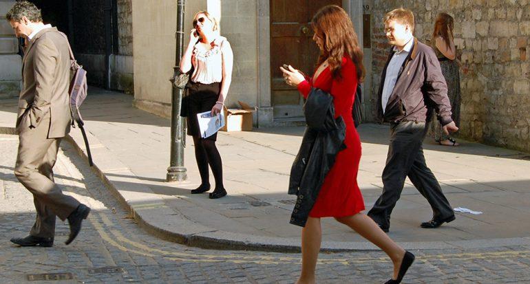 Aquí está prohibido usar el celular mientras caminas