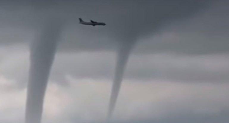 Avión esquiva tres tornados para poder aterrizar