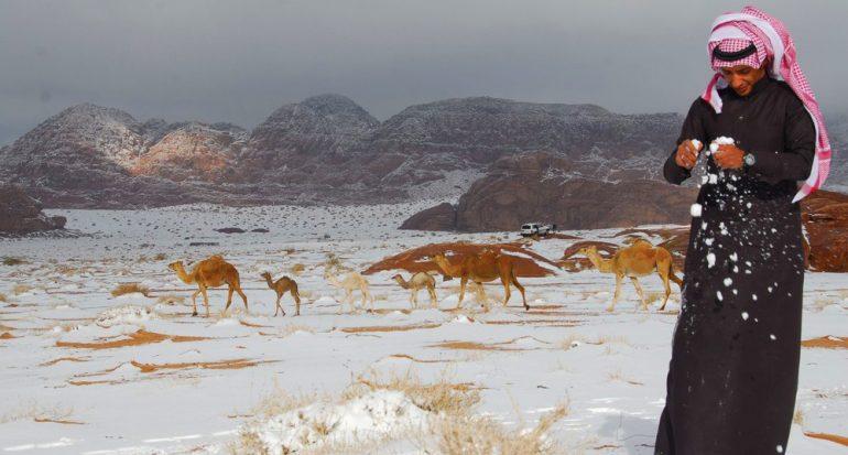 Cae intensa nevada en el desierto de Arabia Saudita