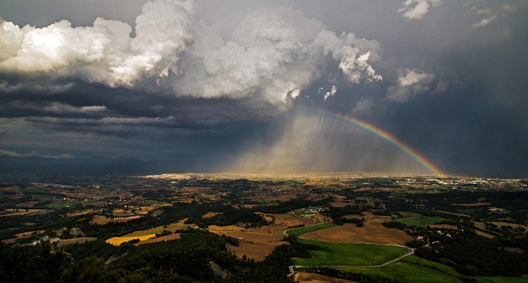 Cielo espectacular con arcoiris