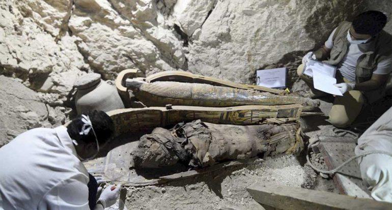 Descubren momias y mil estatuillas en antigua tumba egipcia