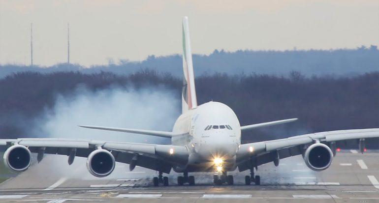 El avión más grande del mundo tuvo un aterrizaje de película
