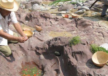 El caldo que se hace en piedras y que preparan sólo hombres