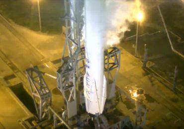 El cohete de SpaceX hace el aterrizaje vertical perfecto