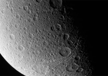 El extraño rostro de la luna de Saturno