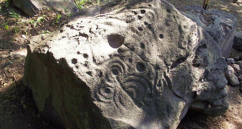 Encontraron petroglifos de hace 3