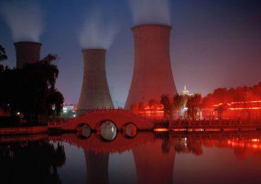 Energía atómica vs Petróleo