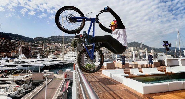 Este temerario recorre tejados? en bicicleta