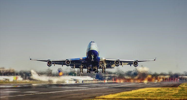 Esto es lo que cada aerolínea debe darte si se retrasa un vuelo