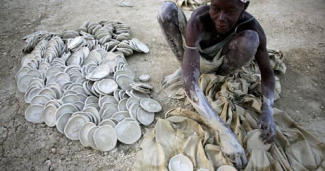 Haitianos pobres recurren a comer tierra