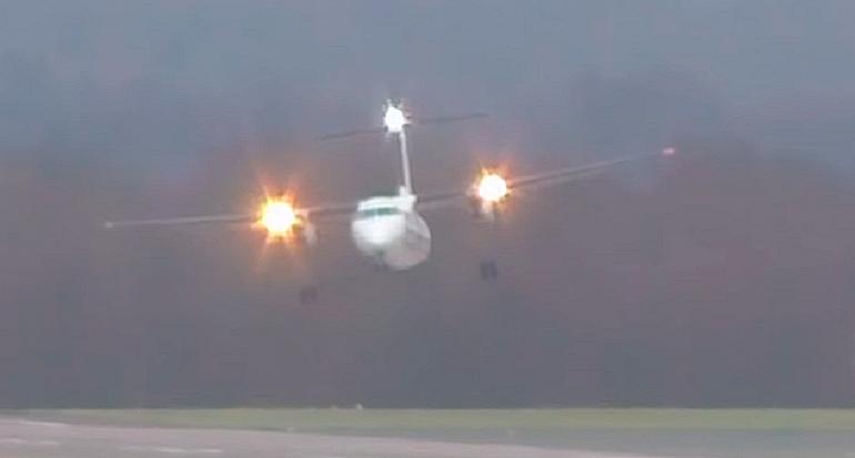 Imponente video de un avión aterrizando en pleno huracán