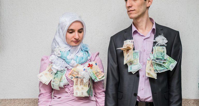 Inician con la cama en la calle: Fotos de una boda musulmana