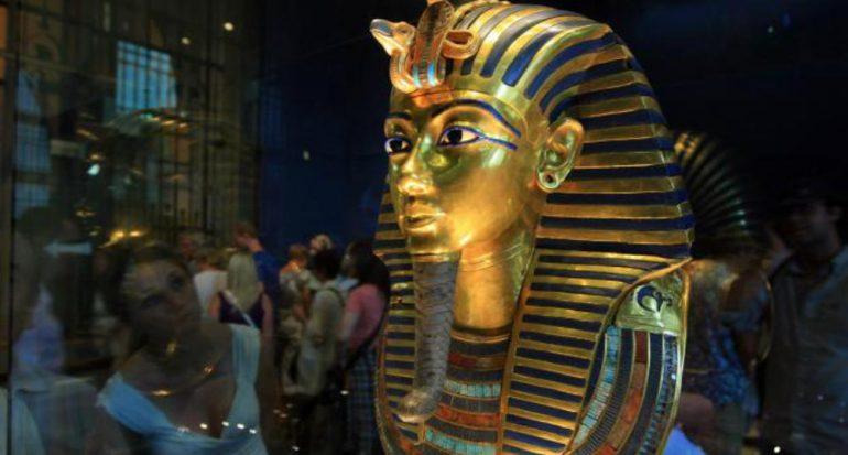 Juicio a funcionarios por maltratar la máscara de Tutankamón