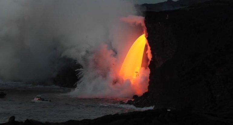 La lava del volcán Kilauea desemboca en el océano