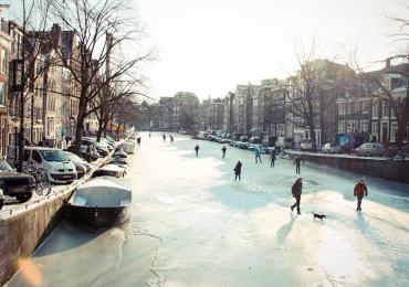 Los canales de Ámsterdam se congelaron por el crudo invierno