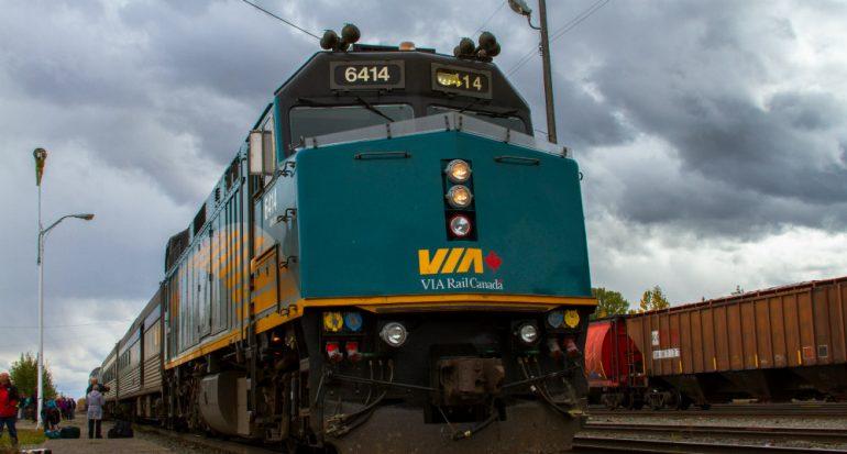 Mimetización con la naturaleza: el tren canadiense