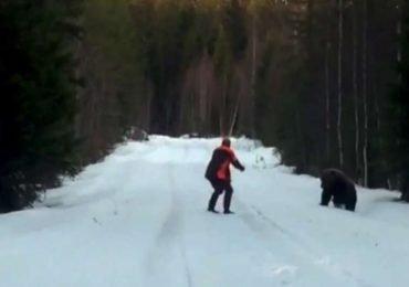 Mira cómo un hombre repele el ataque de un oso