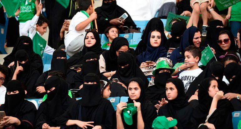 Mujeres de Arabia Saudita asisten por primera vez a un partido de futbol