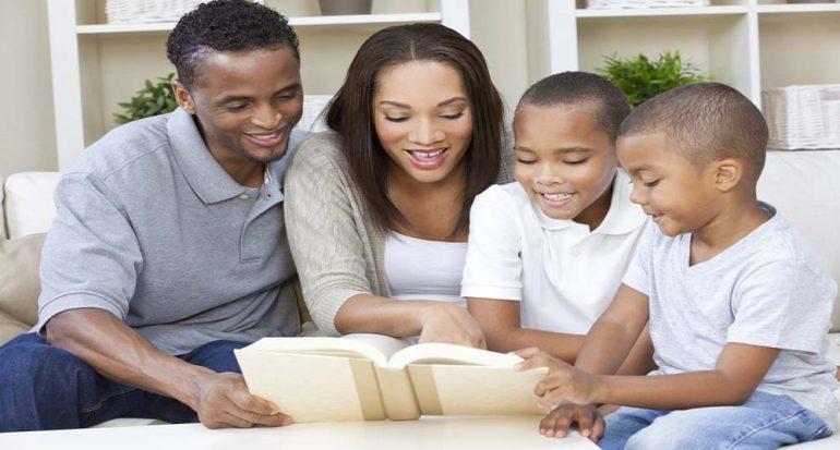 Quién cuenta los mejores cuentos: ¿Papá o mamá?