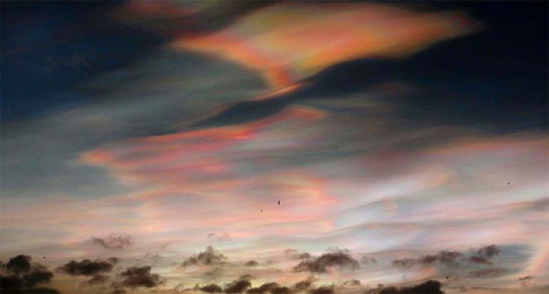 Raras nubes iridiscentes aparecen sobre el Reino Unido