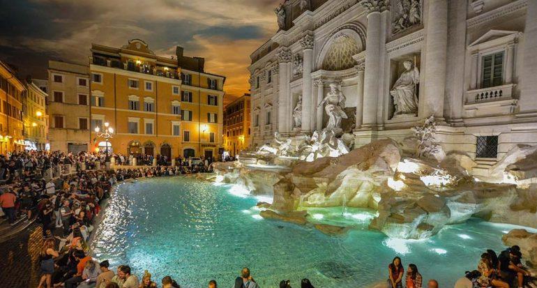 Roma prohíbe a los turistas sentarse frente a la Fontana de Trevi