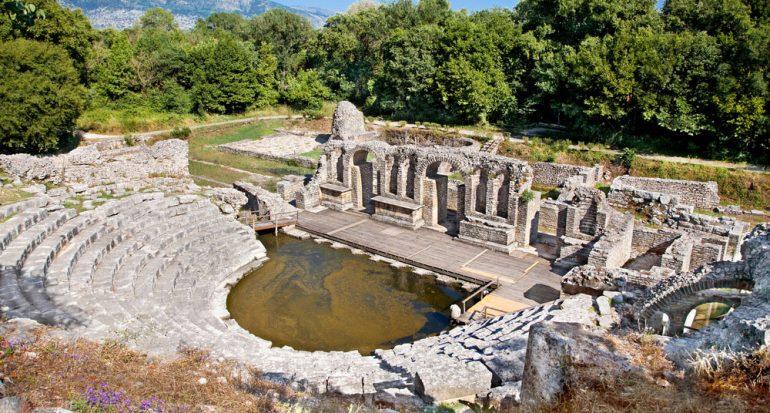 Ruinas junto al mar en Albania
