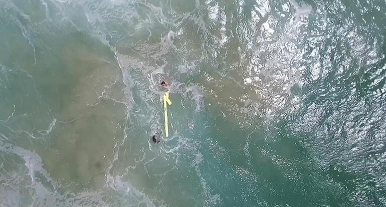 Salvan la vida de dos surfistas gracias a un dron