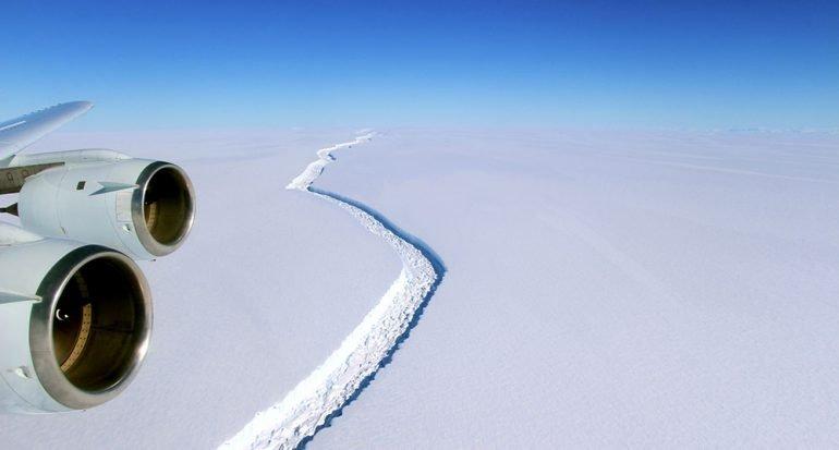 Un  iceberg gigantesco está por desprenderse en la Antártida