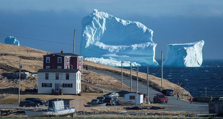 Un imponente iceberg apareció en un pueblo de Canadá