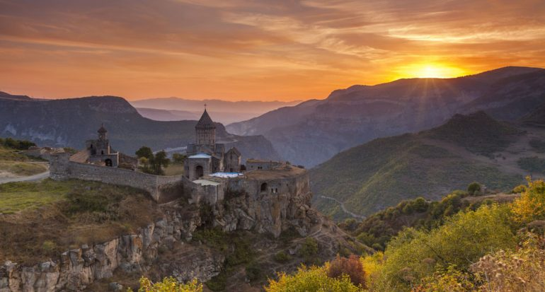 Un monasterio en medio de la montañas