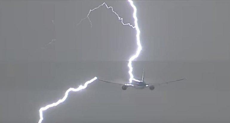 Un rayo impactó a un avión con destino a Perú