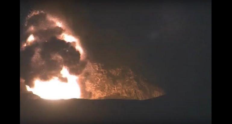 Una erupción explosiva hace hervir un lago de lava hawaiano